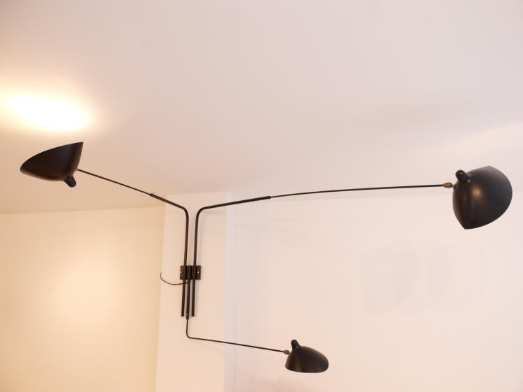 Serge MOUILLE (1922-1988) Grande applique trois bras mobiles en métal laqué noir satiné et blanc mat, laiton