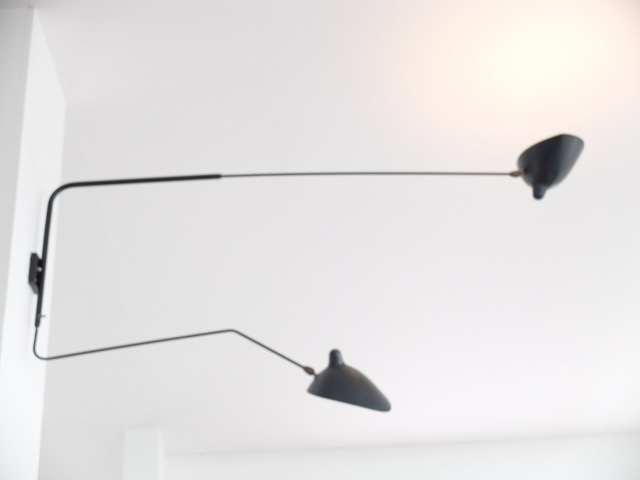 Serge MOUILLE (1922-1988) ed. ESM Modèle 1950  Applique à deux bras mobiles dont un coudé en métal laqué noir satiné et blanc mat, laiton