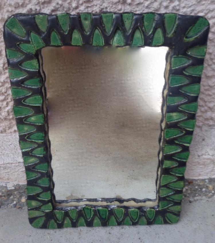 Travail français vers 1950  Miroir en céramique émaillé vert