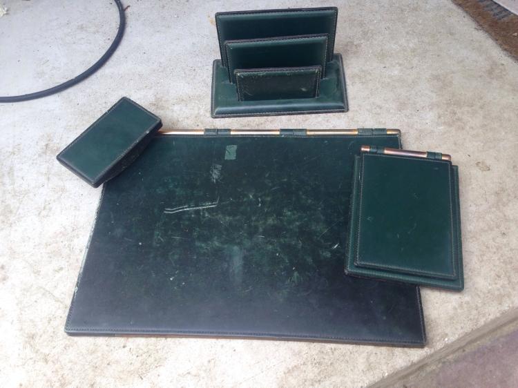 Travail français vers 1950  Ensemble de bureau en cuir vert piqué sellier blanc et laiton