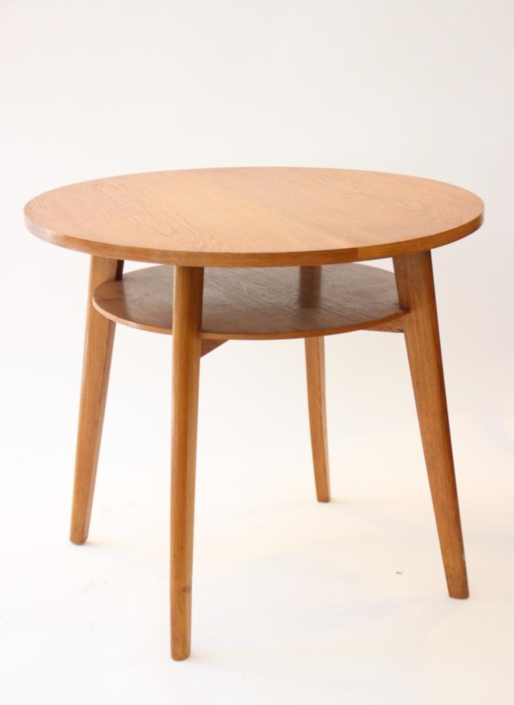 Table ronde en bois reposant sur quatre pieds légèrement en biseau Travail des années 1950