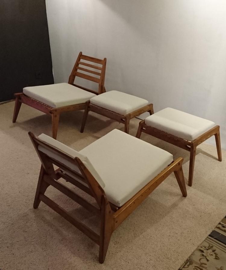 Travail allemand - vers 1950 Paire de fauteuils avec leur repose pieds en chêne verni, mousse recouvert de tissu beige