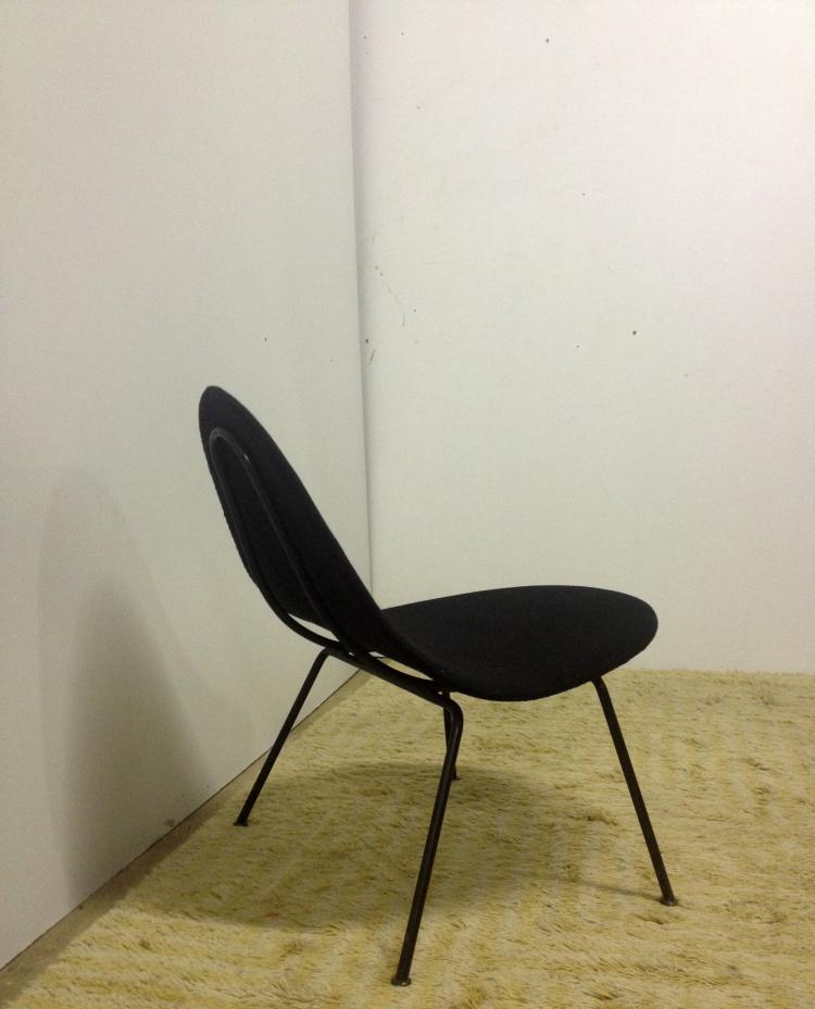 NIGEL WALTERS - Edition Andrew Pelgram - 1954 Rare fauteuil à assise arrondie, garniture de drap de laine noir, tube de métal laqué noir 55 x 65 x 65 cm