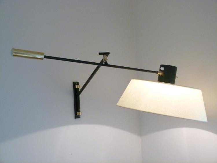 LUNEL vers 1955  Applique potence en métal laqué, métal doré et papier