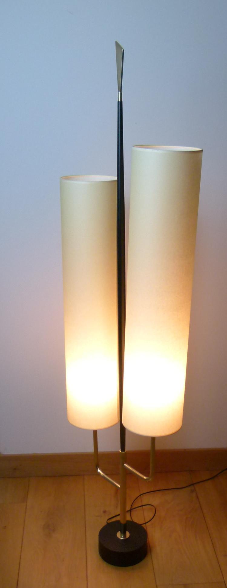 LUNEL - Vers 1955 Lampadaire à double réflecteur en laiton, papier et métal