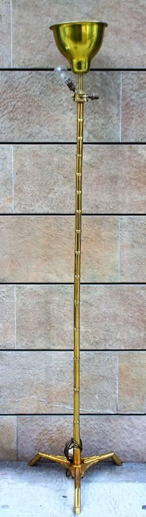 Travail français - vers 1965 - dans le goût de Baguès  Lampadaire en bronze à décor bambou à réception tripode.