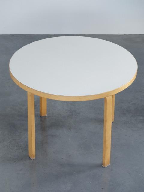 Alvar AALTO (1898-1976) - Edition ARTEK - vers 1960 Table de salle à manger à plateau circulaire en bois blond lamellé, collé et stratifié