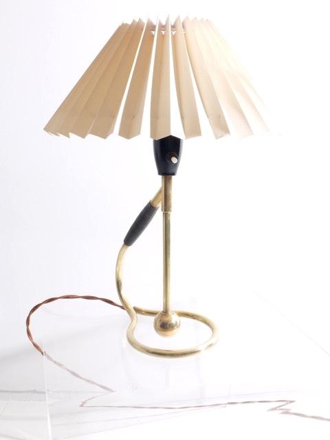 KARL KLINT - Vers 1960  Lampe à poser à système de contrepoids en laiton, métal laqué et papier