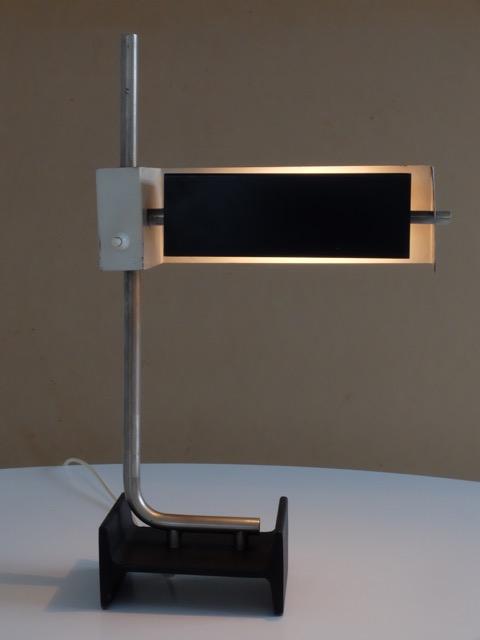 STUDIO REGIANI - Vers 1965  Lampe de bureau en métal chromé et métal laqué noir et blanc