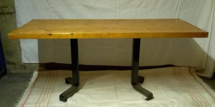 Charlotte PERRIAND (1903-1999), vers 1965  Table de salle à manger en sapin profilé acier laqué noir satiné