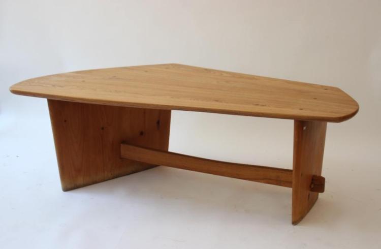 Henri BATAILLE - vers 1960 Table basse de forme libre, à plateau en frêne blanc, pieds profilés en pin d'orégon et tirant en chêne et pieds profilés.