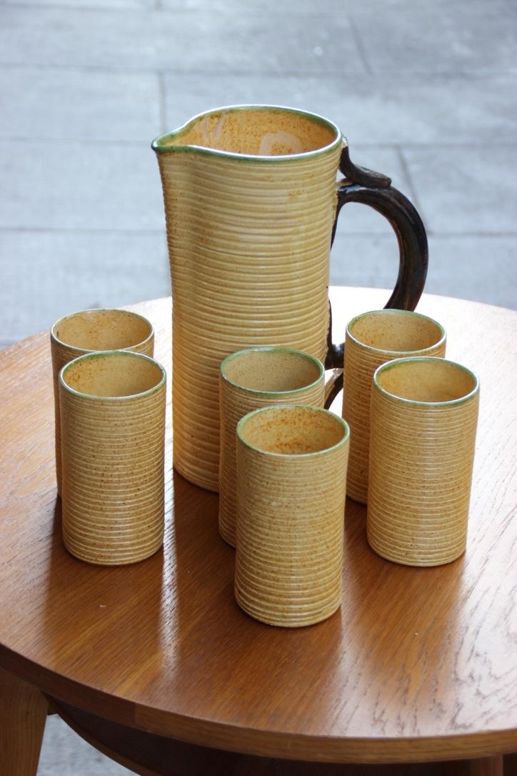 CERENNE  Service à orangeade en céramique à émail jaune comprenant six verres et une grande carafe
