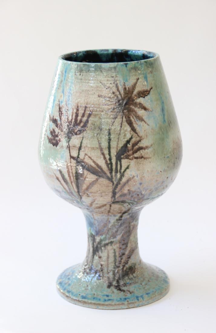 Travail des années 60  Grand vase en faïence émaillée vert et brun à décor de végétaux