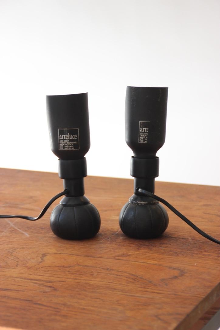 Gino SARFATTI (1912-1985) - EDITION ARTELUCE  Deux lampes modèle 600/P en cuir noir