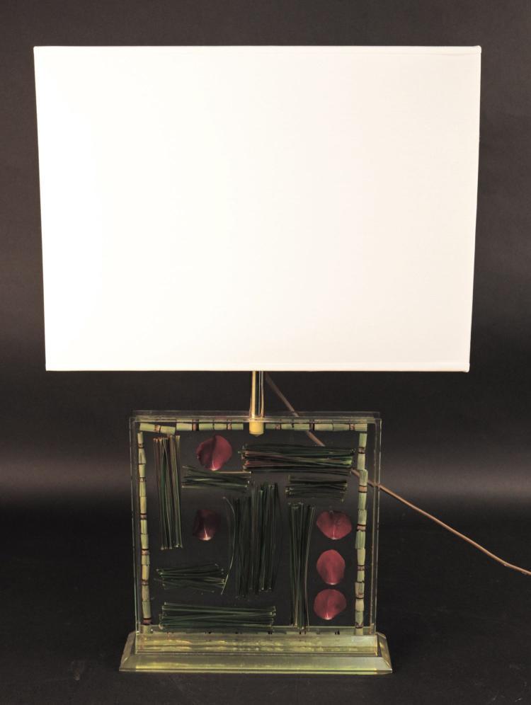 Travail français vers 1975  Pied de lampe en plexiglas à inclusions de végétaux, abat jour papier
