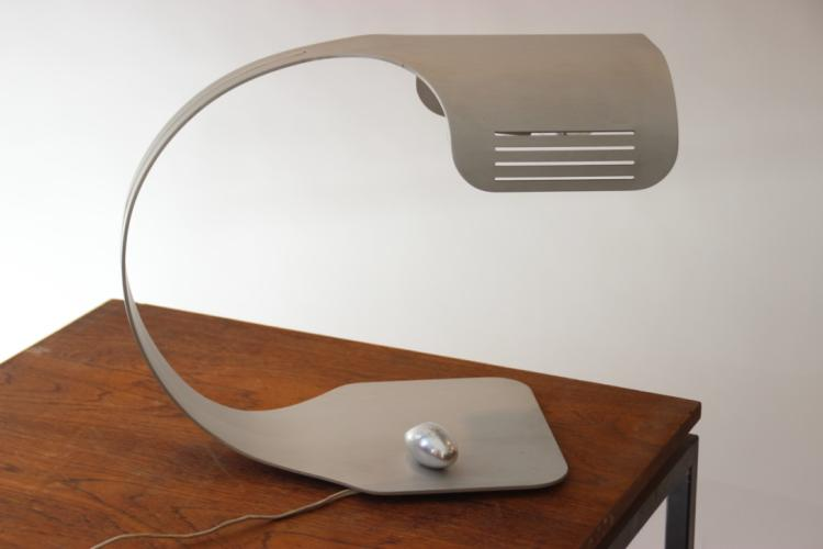 WALTER ET MORETTI STUDIO - circa 1970  Lampe de bureau en aluminium brossé