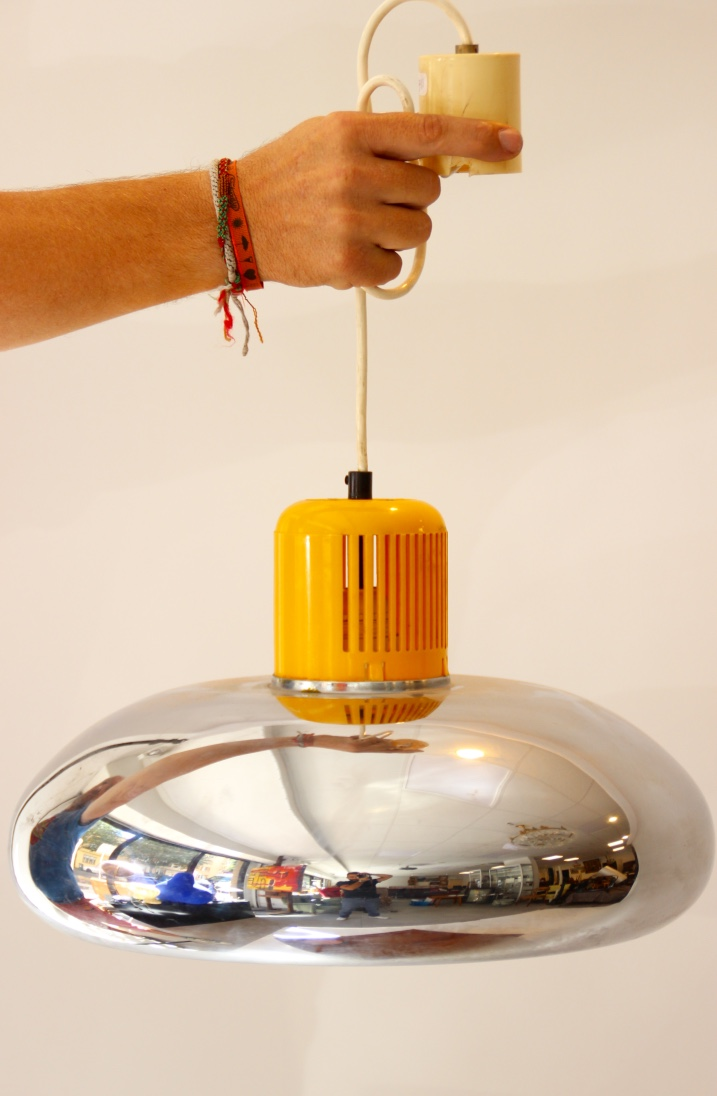 STILNOVO  Suspension circulaire en métal chromé surmontée d'un cylindre ajouré en pvc jaune