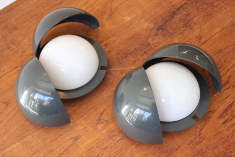GIANEMILIO, PIERO, ANNA MONTI - FONTANA ARTE éditeur Paire de lampes à poser circulaires modèle « Lampira » en pvc teinté gris foncé pouvant s'ouvrir afin de moduler la luminosité.