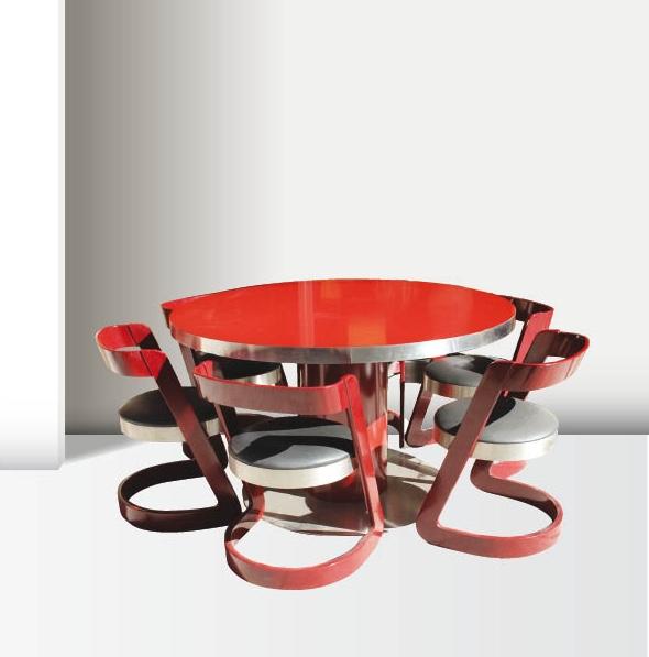 Willy RIZZO (1928-2013) - vers 1975  Ensemble de salle à manger composé d'une table à plateau circulaire sur large pieds cylindriques et socle en retrait, en bois laqué rouge carmin et inox, quatre chaises à assise circulaire en skaï noir sur des structures profilées en bois laqué et inox