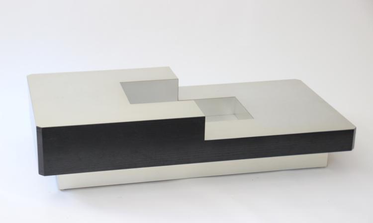 Travail Français vers 1970 Table basse à bâti rectangulaire en bois laqué noir, le plateau en gradins percé au centre et gainé d'inox