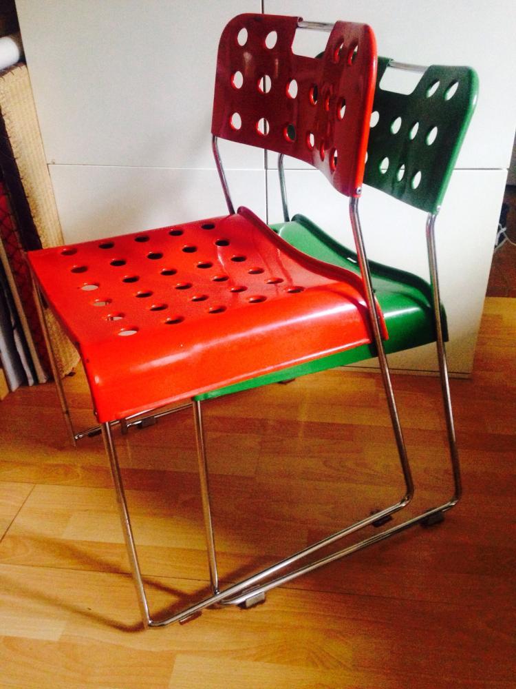 Rodney KINSMAN (1943) - Edition BIEFFEPLAST - vers 1970  Suite de quatre chaises en métal laqué perforé rouge et vert, métal chromé