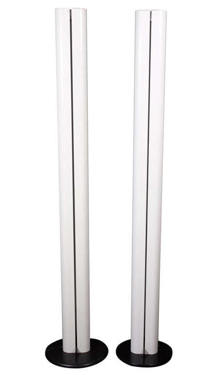 Gianfranco FRATTINI (né en 1925) et Artemide éditeur - vers 1975.  Paire de lampadaires modèle Megaron à fût bilobé laqué blanc reposant sur une base circulaire recouverte d'ABS noir. Allumage par variateur sur le fût.