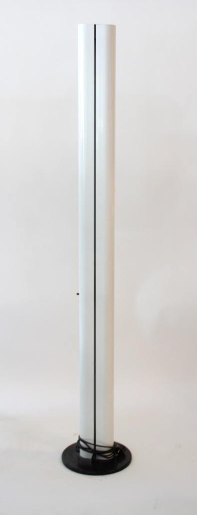 Gianfranco FRATTINI (né en 1925) et Artemide éditeur - vers 1975.  Lampadaire modèle Megaron à fût bilobé laqué blanc reposant sur une base circulaire recouverte d'ABS noir. Allumage par variateur sur le fût.
