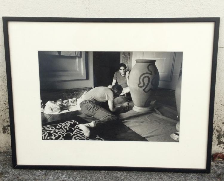 Benoît GYSEMBERGH (1954)  Keith Haring peignant une jarre devant jean-charles de Castelbajac