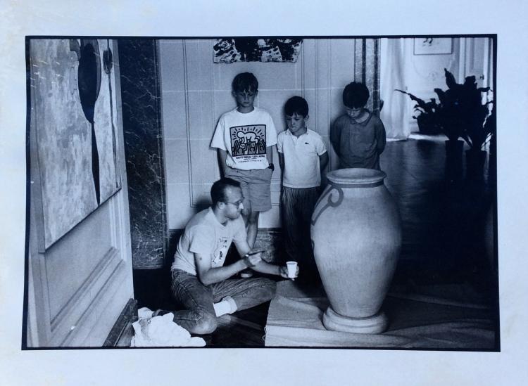 Benoît GYSEMBERGH (1954)  Keith Haring peignant une jarre devant les enfants de jean-charles de Castelbajac - 1989