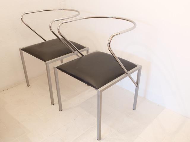 Shiro KURAMATA (1934-1991) - Edition XO, vers 1980  Paire de fauteuils modèle Apple Honey en Métal chromé, métal laqué, simili cuir.
