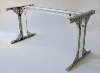 ANONYME, vers 1980 Table de salle à manger à plateau rectangulaire en dalle de verre, piètement en métal perforé laqué gris clair