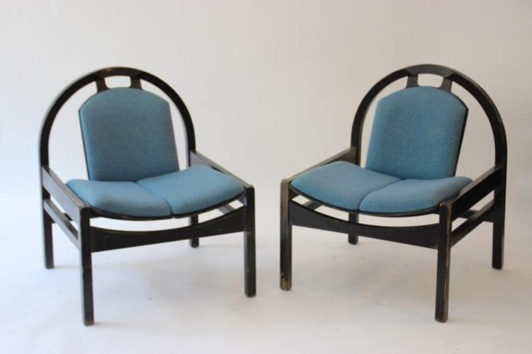BAUMANN - France - vers 1980. Paire de fauteuils bas en drap de laine bleu et bois laqué noir.