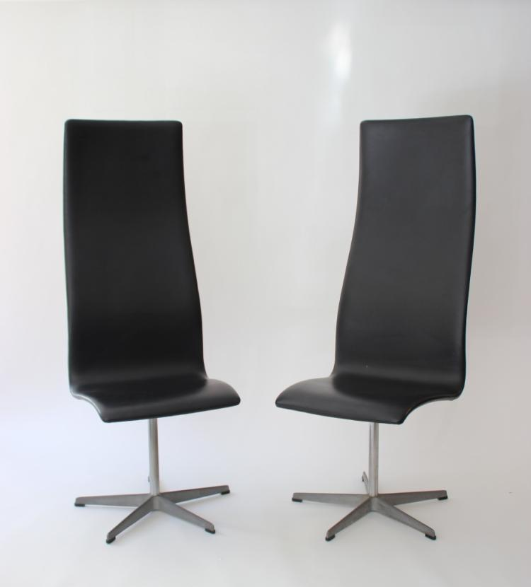 Arne JACOBSEN (1902-1971) - Edition Fritz Hansen Paire de fauteuils de bureau modèle Oxford, dossiers hauts recouverts de cuir, pied central se terminant en étoile à cinq branches