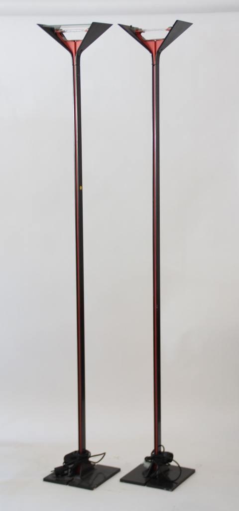 """Tobia Scarpa (né en 1935) - FLOS - vers 1980  Paire de lampadaires modèle """"Papillona"""" en métal plié gris et rouge, à double réflecteurs stylisés composés de deux plaques de verre taillé en partie haute, base en fonte d'aluminium."""