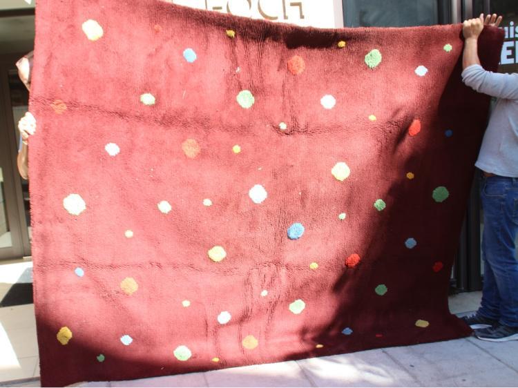 Tapis en laine à décor de pastilles multicolores sur fond bordeaux  230 x 160 cm