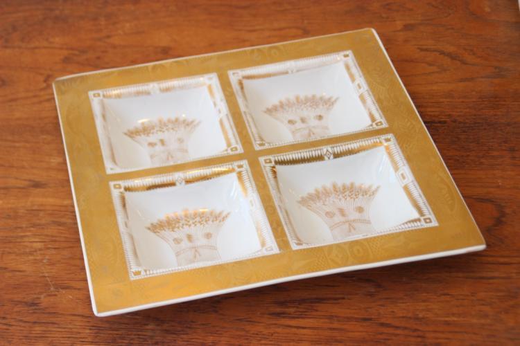 Georges BRIARD Plat à hors d'oeuvre de forme carrée à compartiments à décor doré sur fond blanc de gerbes de blé
