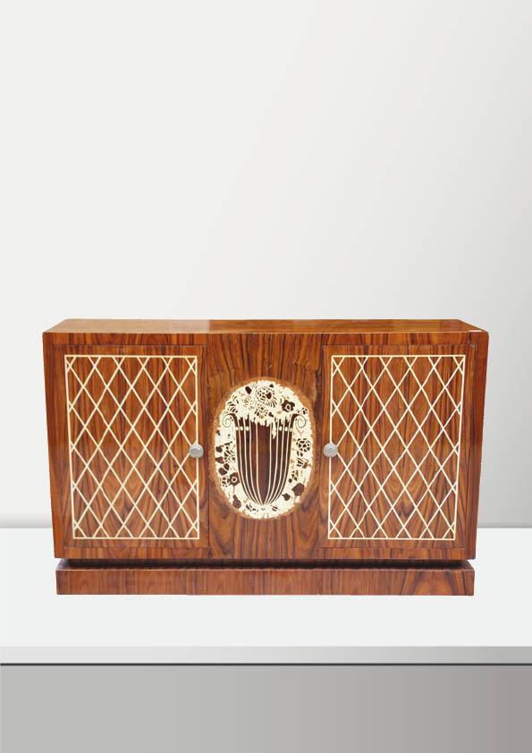 Travail dans le goût des années 1930 Buffet bas en bois de placage ouvrant par deux portes et à décor de bouquet au centre