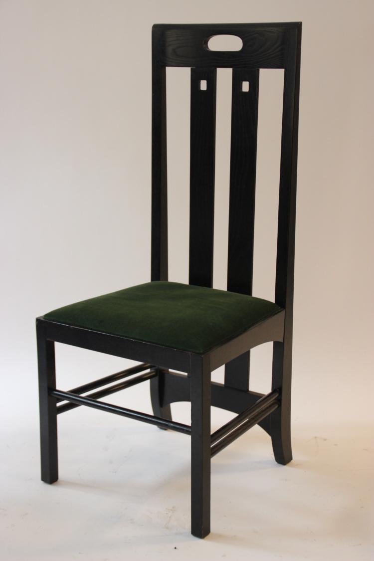 Charles Rennie MACKINTOSH (1868-1928), d'après  Chaise modèle Argile en frêne massif laqué noir à dossier haut et garniture de velours vert