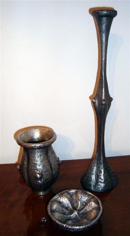 Franck EVENNOU (1958) Edition MONNAIE DE PARIS, vers 1990 Suite de trois pièces de forme en bronze argenté à décor étrusque