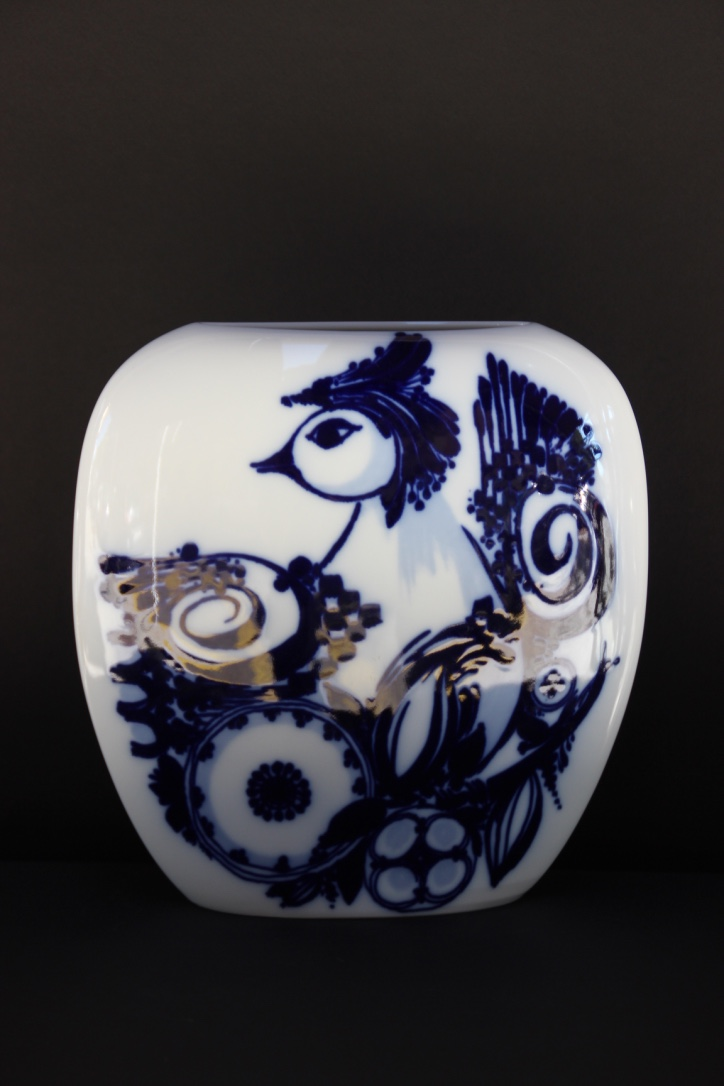 Björn WIINBLAD (1918-2006), pour Rosenthal  Vase à décor d'un volatile en bleu sur fond blanc