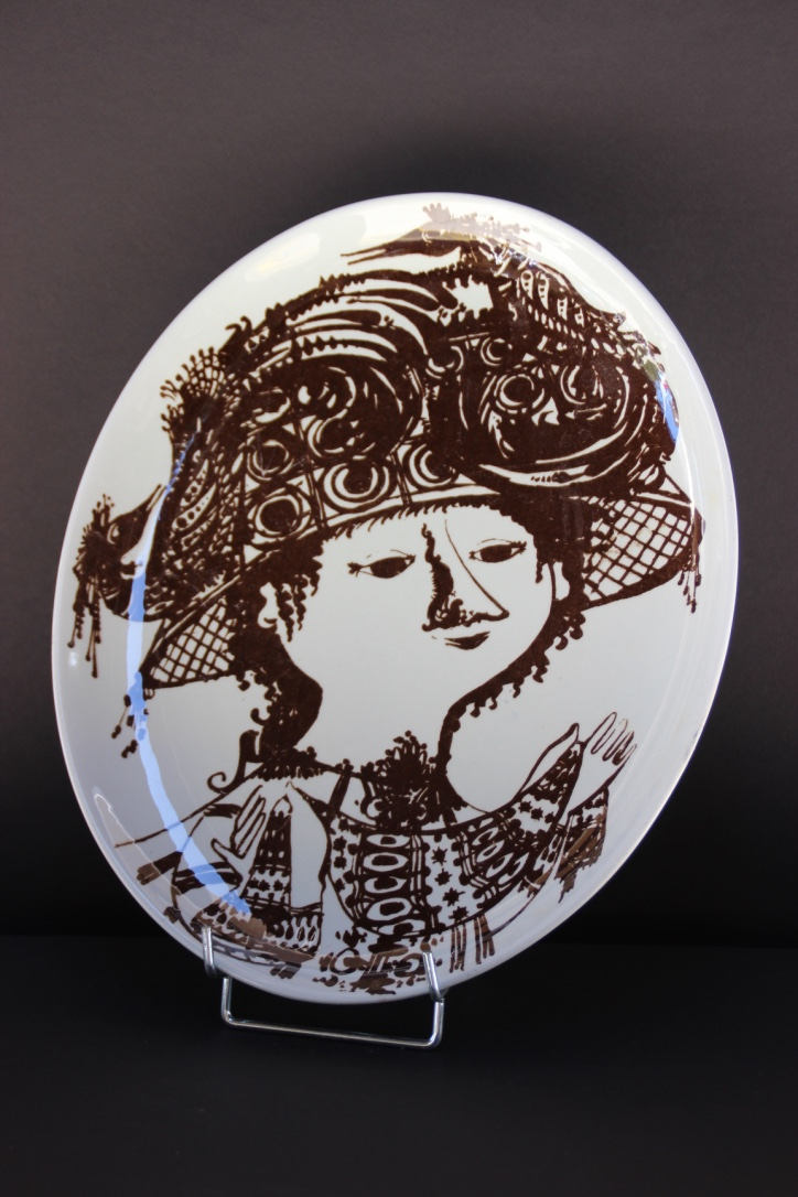 Björn WIINBLAD (1918-2006), pour Nymolle, Danmark  Plat figurant un visage féminin en brun sur fond blanc