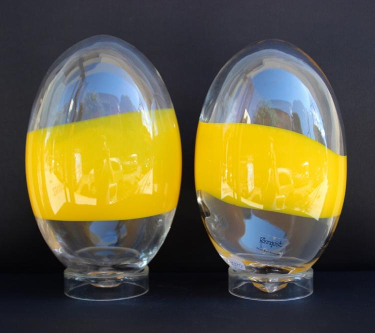 Björn Rönnqvist (1948)  Paire d'œufs en verre soufflé à décor de bandes jaunes