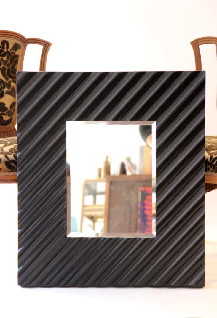 Miroir rectangulaire avec important cadre en bois laqué noir   80 x 70 cm