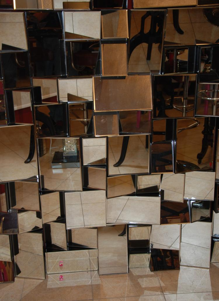Travail contemporain Miroir rectangulaire à multiples facettes sur base en bois noirci