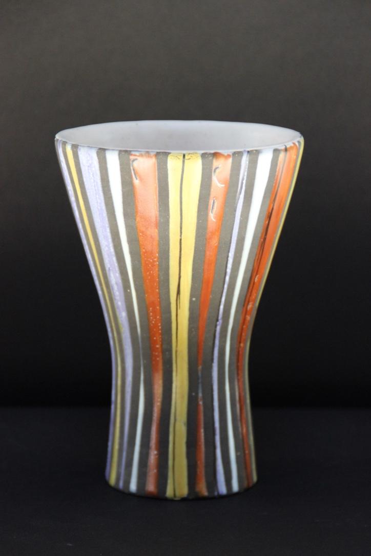 Roger CAPRON (1922-2006) Vase diabolo en faïence émaillée à décor polychrome de stries.
