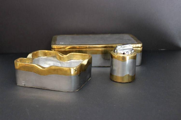 David MARSHALL (1942)  Ensemble de trois pièces fumeur en fonte d'aluminium et laiton doré, composé d'un cendrier, d'un briquet et d'une boite à compartiments.