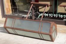 Travail dans le goût des années 30  Paire d'importantes suspensions en métal oxydé insérant des plaques de verre opaque