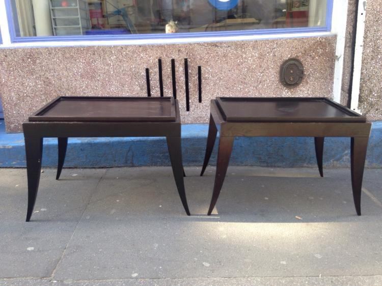 Christian LIAIGRE (1945) - vers 1990 Paire de tables de chevet en hâtre teinté, à plateaux amovibles - bâtis rectangulaire et pieds sabre 58 x 75 x 52 cm