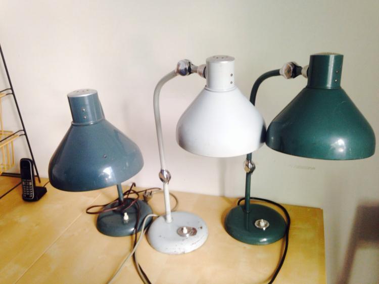 Travail français - vers 1960 Suite de 3 lampes de bureau en métal laqué et tôle