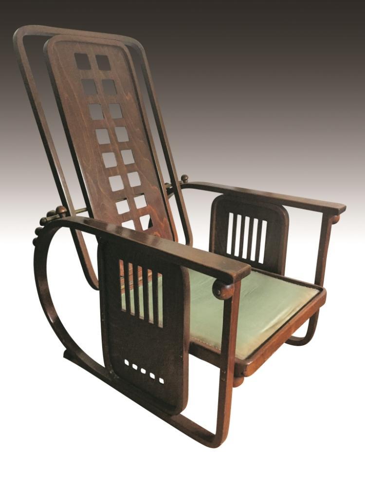 Josef HOFFMANN (1870-1956) - Edition JACOB et JOSEF KOHN - 1905 Rare fauteuil de repos à géométrie variable en bois courbé et panneaux de bois ajouré à décor moderniste, rythmé par des sphères . Assise garnie de draps de laine